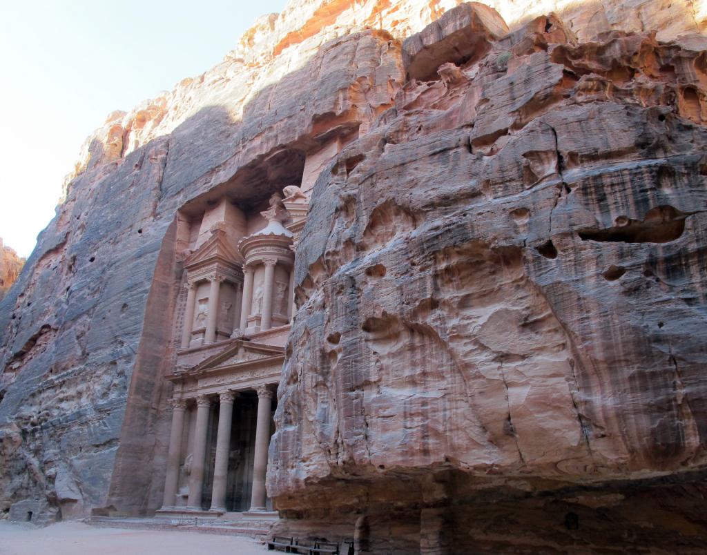 Petra-sun-over-the-Treasury