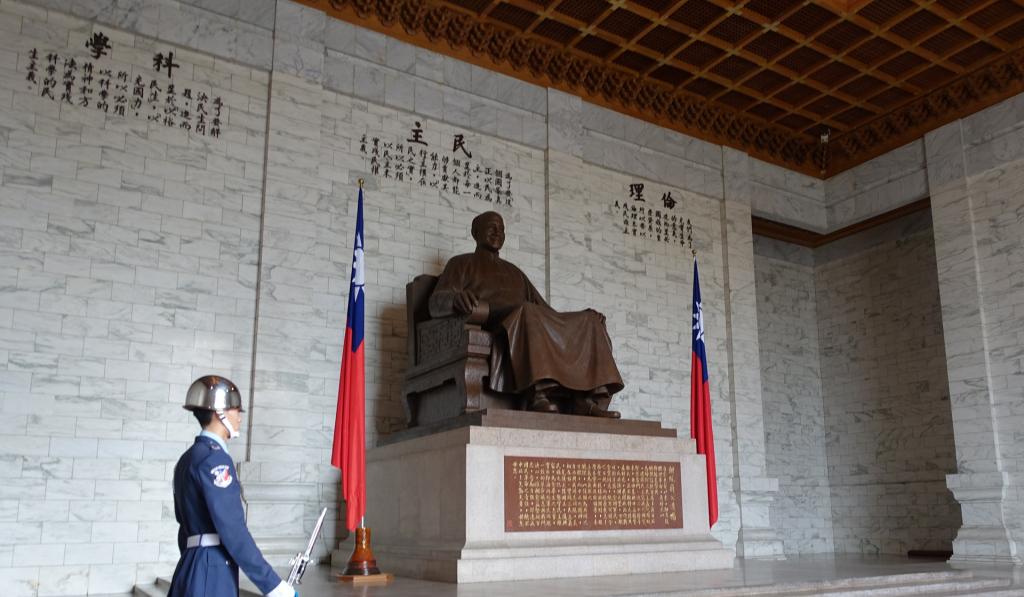 Taipei-CKS-statue