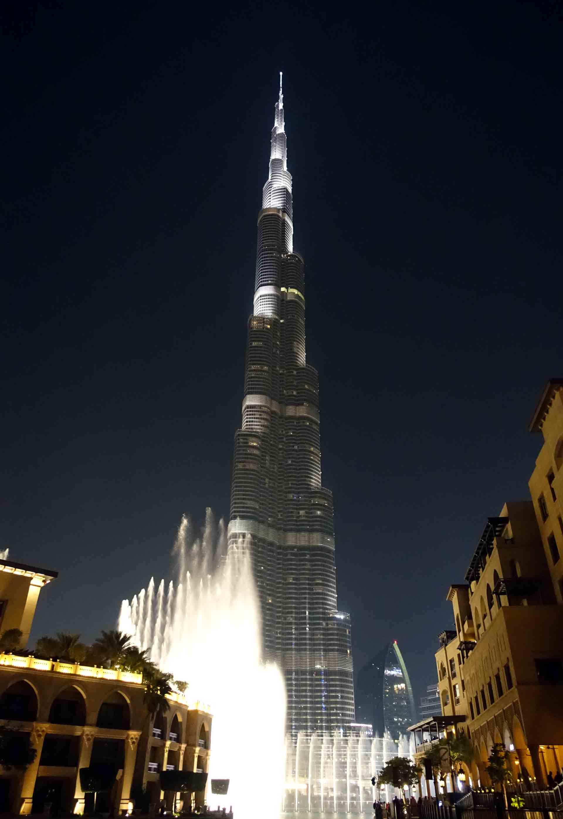 Dubai---Burj-Khalifa-fountains-(2)