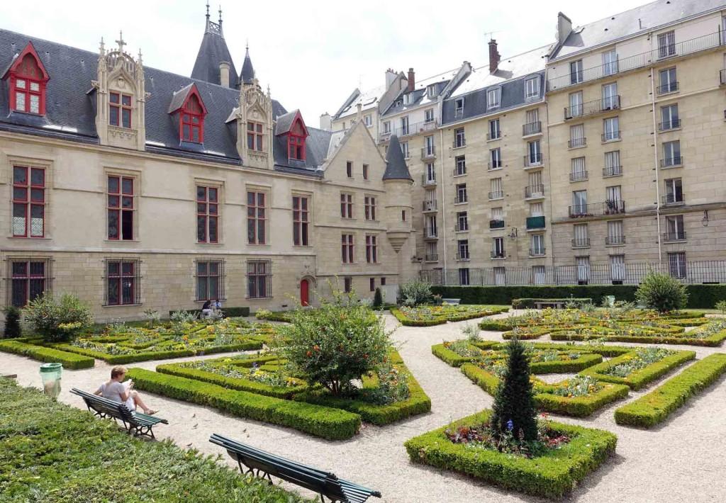 Paris-Jardin-Hotel-de-Sens