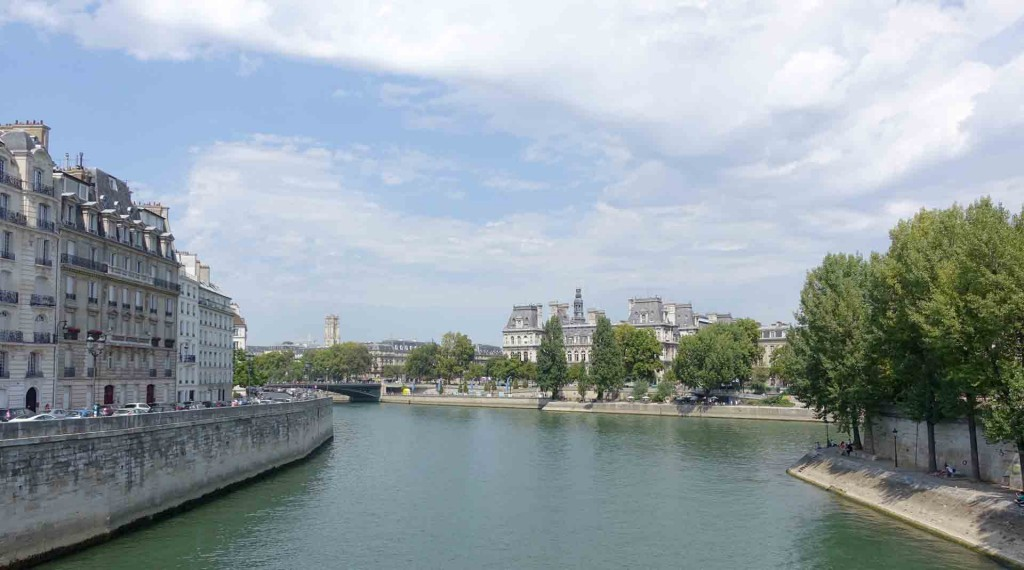 Paris-crossing-onto-Ile-de-la-cite